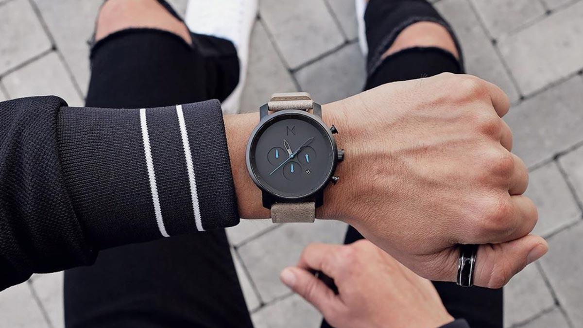 Jeden z najpopularniejszych zegarków MVMT - model Chrono z czarną tarczą