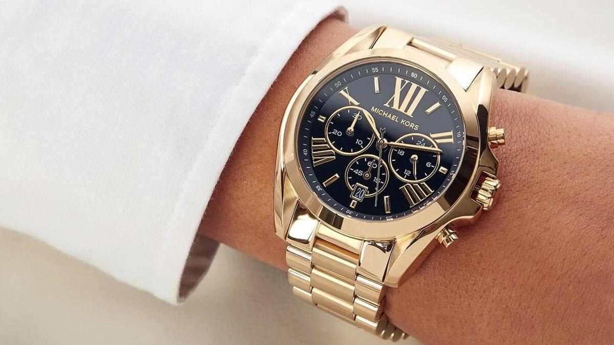 Masywny złoty zegarek MK z czarną tarczą