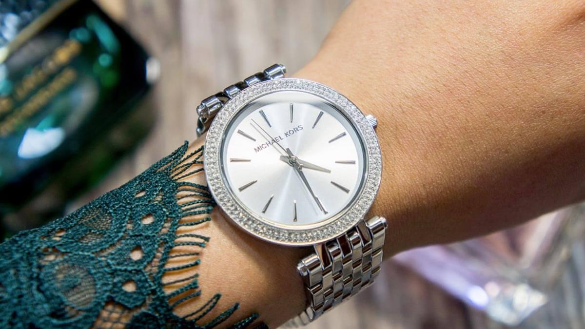 Srebrny zegarek Michael Kors ozdobiony cyrkoniami