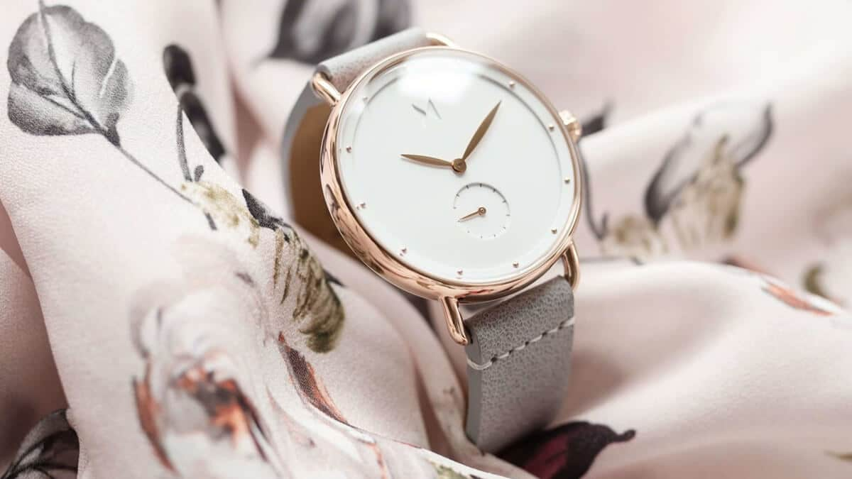 Delikatny minimalistyczny zegarek MVMT Bloom